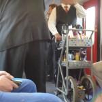 Ein Freßrolli in der überfüllten Regionalbahn - die Bahn nutzt die Fahrkartenkontrolleure jetzt auch als Verkäufer. Heftig