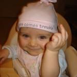 Bild das Leni zeigt wie sie den Mittelfinger streckt...