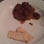 Teller mit einem Haufen Rührei, der in Schokolade gebadet hatte