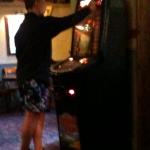 Man der am Spielautomat mit Boxershort steht