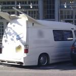 Fusseltuning Lieferwagen in England mit einem wirren langen Heckspoiler