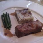 Knuspriger Schweinebauch und ein Kartoffelcarree mit grünen Bohnen