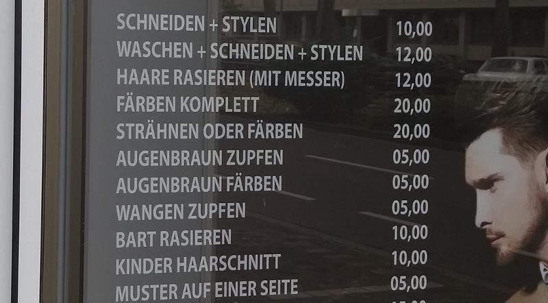 Zeigt eine Tafel in einem Friseurgeschäft der Hansastraße in Köln, das Schreibfehler hat