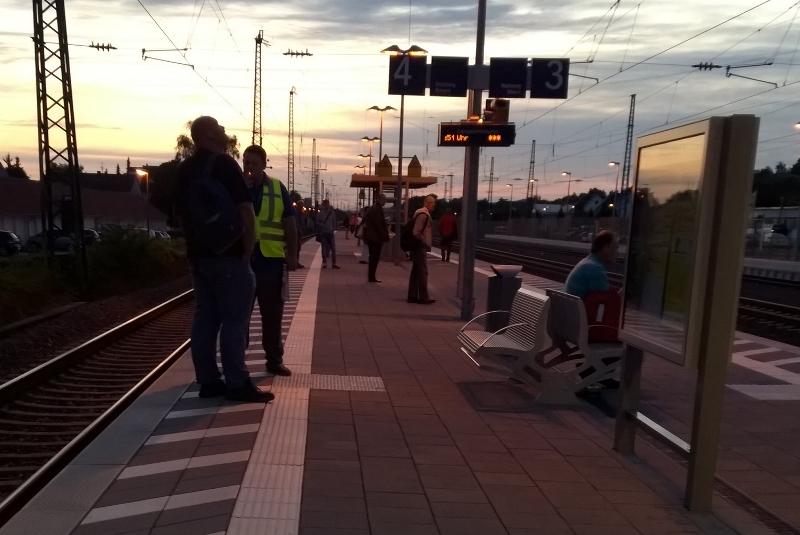 Morgendliches Bild mit Rauchern auf Bahnsteig