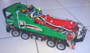 Abschleppwagen Lego Technic 42008 auf Fliesen